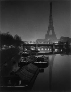 Brassai: Az Eiffel torony holdfényben 1932