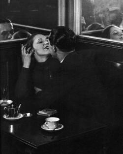 Brassai: Szerelmes pár egy kis kávézóban, az Olasz Negyedben 1932