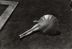 Martin Munkacsi - Akt napernyővel, 1935