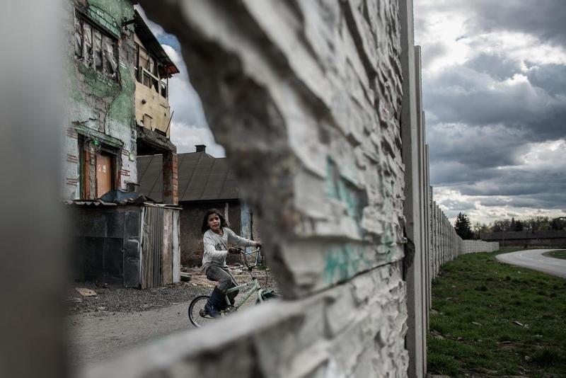 Stiller Ákos: Fal mögött