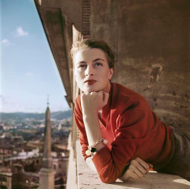 Robert Capa, Capucine francia modell és színésznő az erkélyen, Róma, 1951.